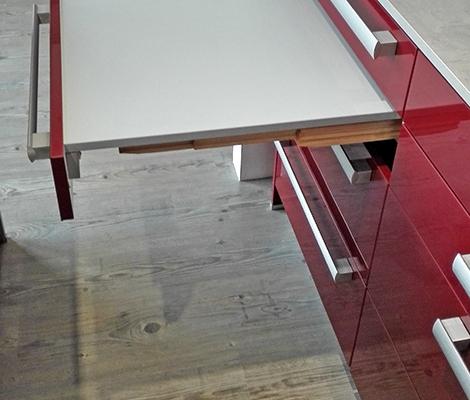 Ausstellungsküche Abverkauf Spachtelbeton Glasfront rot